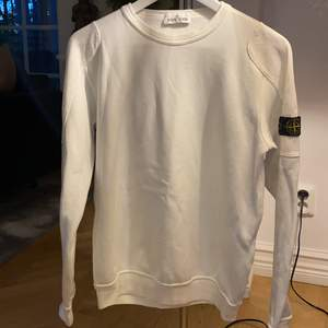 En vit stone island tröja. Knappt använd.🥰Super skön och gette fin!Pris kan diskuteras!