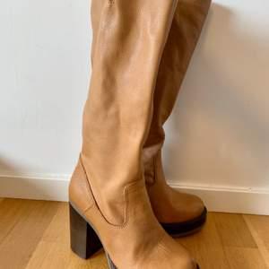 Fick dessa skor av min mor. Köptes för 1500 säljer för 500. Aldrig använt pga kan inte gå i klackar.