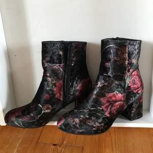 Blommiga boots st 41 små i storlek motsvarar nog mer st 40 använda en gång köparen betalar frakt eller avhämtning