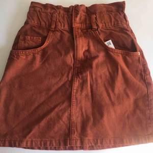 En jättefin high waisted jeanskjol i roströd färg, så fin nu till sommaren! Säljer Pga för liten. Frakt tillkommer🌸🌼