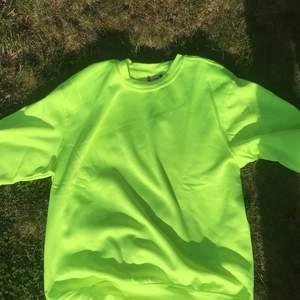 En stor mjukis tröja, helt oanvänd lappen är kvar .  🤩. Har i olika storlekar desutom. Tar swish. fråga mig om undrar nåt ☺️ Inte så tjock så är väldigt skön att ha på sig på kvällarna i sommar