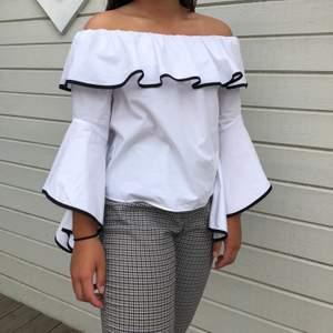 Jättefin offshoulder tröja från Zara 💓💖 Säljer då den tyvärr inte anväds längre. Den har blivit lite smutsig på armen som man ser på sista bilden, dock syns det knappt då det är inåt mot armen. Priset är inkl frakt! 💗