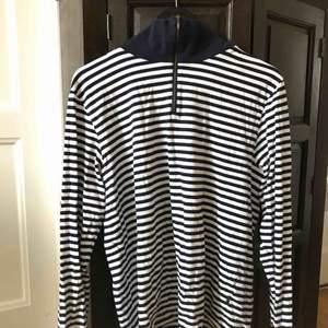 Fin blå-vit randig långärmad tröja med krage. Säljer då den inte kommer till användning längre. Köparen står för frakt. Kan även mötas upp i Stockholm