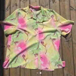 Superfin vintage skjorta. Passar mig som har m i vanliga fall om man vill ha den oversize. Köpt här på plick men tyvärr inte min stil :(  Frakten ingår i priset