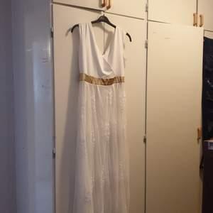 Jättefin aldrig använt klänning.  Passar dig som har M och upp till 50 bjuder på frakten