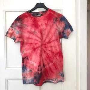 Snygg tie-dye t-shirt som jag gjort. Knappt använd. 49kr frakt tillkommer✨💫