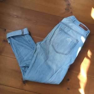 Snygga ljusa boyfriend jeans från H&M. Mjukt tyg och perfekta i sommar. Använda varsamt. 100kr. Köparen står för frakt.
