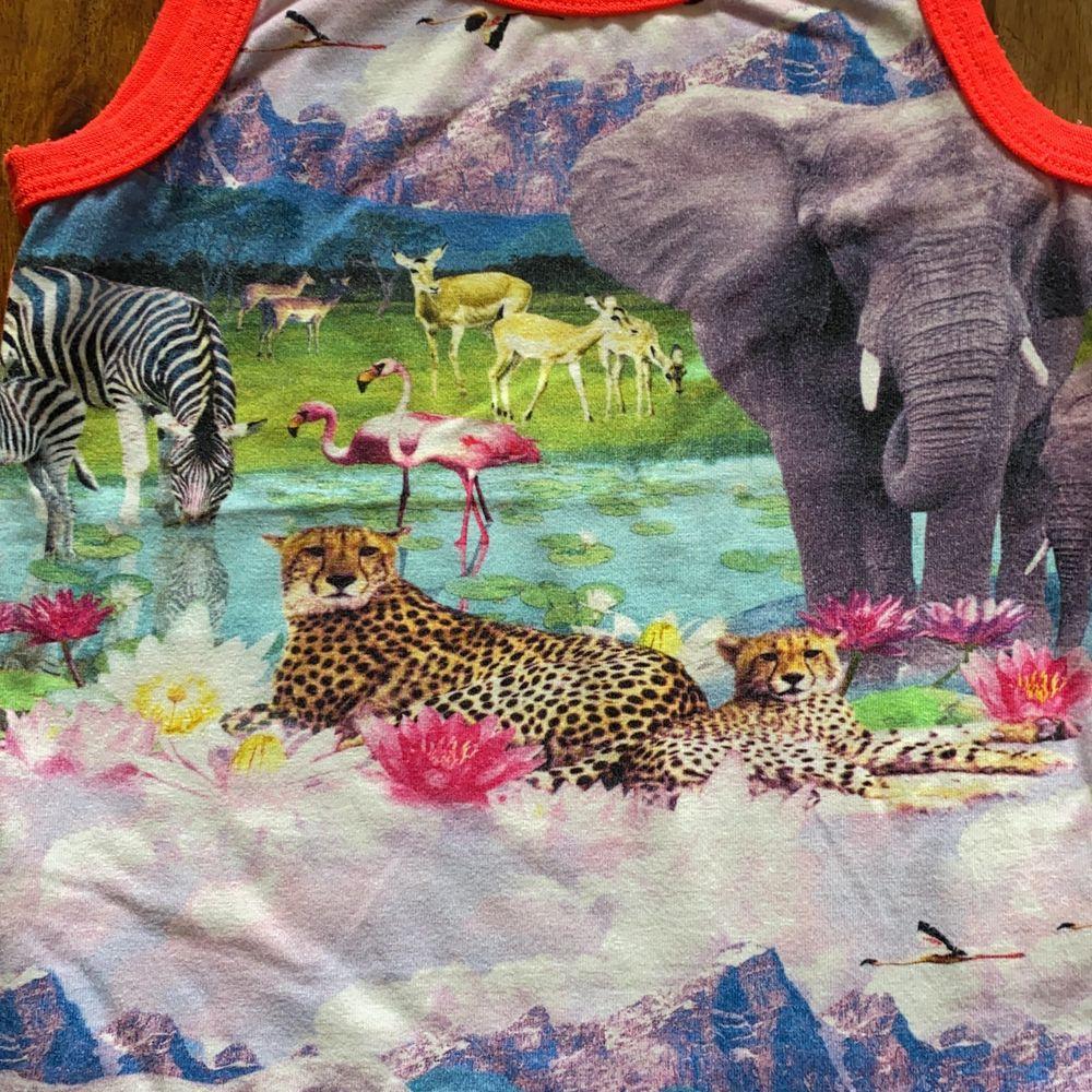 Jättefint linne från Molo med djur tryck i fint skick 🥰. Toppar.