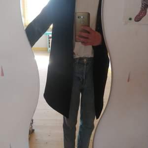 Longline cardigan/kofta från Zara i storlek Small. Superskön, snygg, som har använts ett fåtal gånger och är därför i toppenskick. Frakten ingår i priset!!