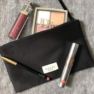 A perfect and classy beauty trausse for keeping your make-up in order. You could also buy the makeup in the picture if you like. I just used a little bit the glow face palette but that's it. If interested ask me ☺️