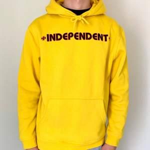 Riktigt fräsig hoodie från skatemärket Independent. Den är i nyskick och kostar 1000kr ny. Möts upp i gbg/köparen står för frakt. Pris kan diskuteras vid snabb affär 🌻