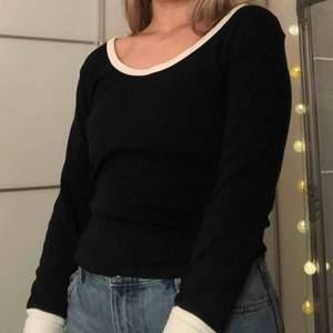 Vintage svart långärmad tröja med vit mudd från Marwin sports. Storlek M, men är liten i storleken. Trycket på ryggen är lite sprucket men syns endast om man drar i den. +50kr i frakt💕 fri frakt om du beställer tillsammans med ett par byxor!