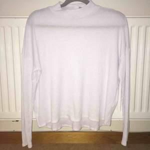 Härlig ribbad tröja från H&M DIVIDED med högre hals. Något nopprig (se bild 3). 100% polyester.  Kan mötas upp alt. skicka.