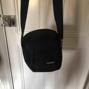 Svart Eastpak väska. Original pris = 299 kr. Köpare står för frakt!