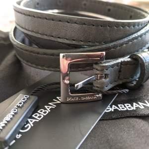 Dolce & Gabbana bälte i skinn, färgen är en fin mörk grågrön. Stl M, 2cm bredd, kommer med dustbag. Ny skick!