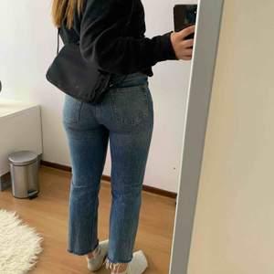 Ett par super balla jeans som är raka i modellen, köpta från bikbok för runt 600kr. Nästan aldrig använda då det inte är min stil. Skriv om det är något du undrar över, samt ifall fler bilder önskas.