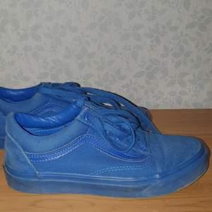 Vans Old Skool mono Blue. Köpta för typ 5 år sedan. De är använda kanske 20 gånger totalt. Men det är lite slitet i ena skon vid hälen (se bild) sen har gummit släppt lite i fram och i bak på sulan. (Som alla vans gör) köparen betalar frakt  :)