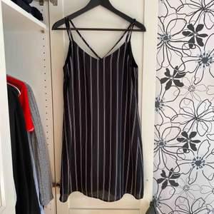 svartvit randig klänning från Pimkie. Använd fåtal gånger och i bra skick. Frakt 22kr.
