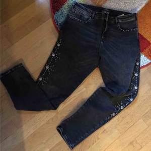 krivning Helt Nya endast provade jeans från Scotch &soda modell racer.Mycket snygga på . Färg gråsvart. Tuffa nitar på sidan. Strech . Midjemått 82 cm/ gren till knapp 24cm ( halvt låga) beninnerlängd 73,5 cm. Frakt  63kr. Välkomna