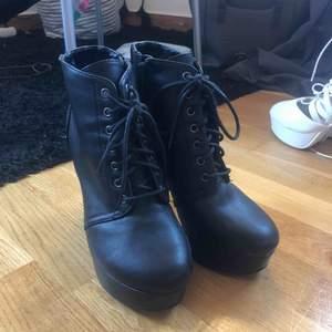 Säljer dessa as läckra klackskor i svart läder ish. Dom är använda några gånger därav jag säljer dom för ett bra pris!! Frakt står köparen för om du inte möts upp i Linköping 🤗