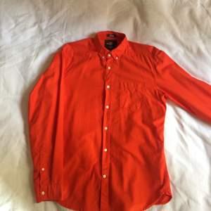 Udda Starkt Orange (glödande kol) Oxford Button-down-skjorta från H&M !!  Second hand men felfri, utan direkt slitage.  Storlek: LARGE (rätt stor Large)