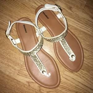 Super snygga o sköna sandaler som endast är använda en gång, alla stenar sitter kvar, köparen står för frakt