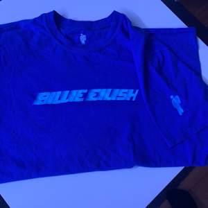 en billie eilish t-shirt köpt på bengans för 229kr. tyvärr har trycket lossnat lite på armen (tredje bilden), därav priset. kan mötas upp i uppsala eller så står du för frakten!