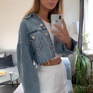 Boxy, oversize avklippt jeansjacka från Zara. Strl S. Sparsamt använd och som ny!