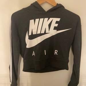 Fin oanvänd Nike Hoodie i storlek 12-13år.