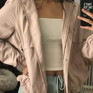 Söt rosa beige jacka från H&M🤩 Använd ett mycket fåtal gånger, men tyvärr kommer den inte till användning längre. Helt fri från skador! Relativt tunt material, bra att ha på våren eller tidig höst. Storleken är XS men den passar definitivt till större storlekar beroende på hur man vill att den ska sitta. Frakt tillkommer💓