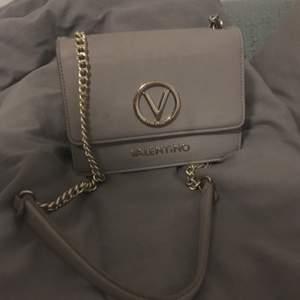 Valentino väska , äkta. Med guld detaljer , bra skick! Nypris :1200 kr
