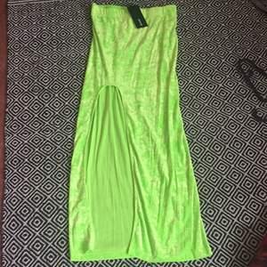 😃Ascool neon grön crushed velvet kjol, den ger värsta Y2k rave vibes hahaha😃