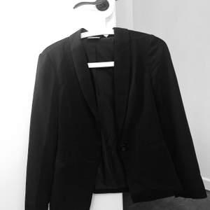 Helt oanvänd svart kavaj från Vero Moda. Feminin/figurnära passform, relativt tunn. Klassisk och passar till det mesta. Nypris 399:-