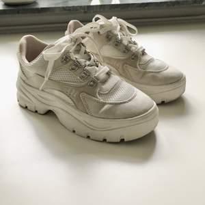 Chunky sneakers i vitt/beige, använd kanske 8 gånger. Fint skick!