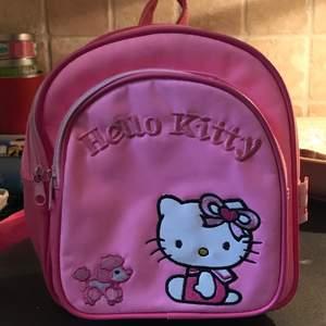världens finaste lilla ryggsäck med Hello Kitty på. i topp skick och äkta sanrio! använder knappt så skulle vara kul om den fick ett nytt hem💓