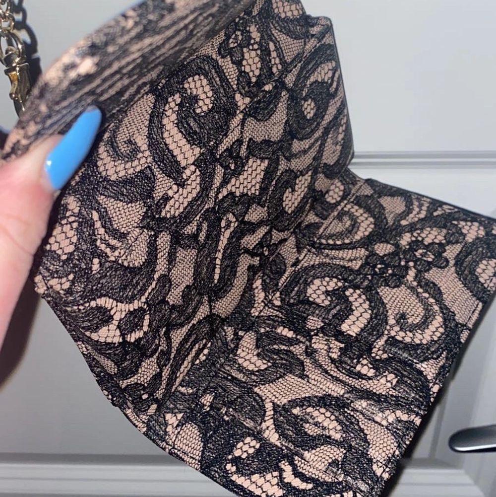Plånboksväska från Victoria secret! Går att använda som en liten väska men kedjan kan även tas bort så den kan användas som plånbok! Många korthållare och även hållare för mobil🥰 mycket fint skick! 🥰 pris kan diskuteras då jag vill bli av med den!. Väskor.