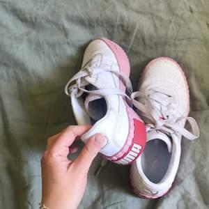 Sneakers i glassfärger och med grov sula från Puma. Storlek 36, fint skick, använda en säsong.