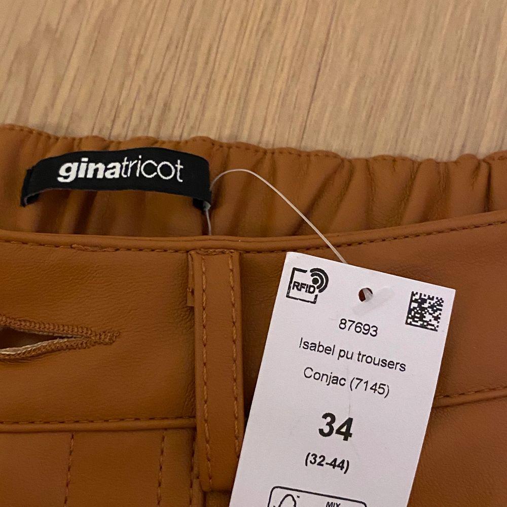 Väldigt snygga byxor från Gina tricot, endast provade. Köpte för 499kr säljer för 299kr . Jeans & Byxor.