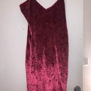 Säljer en rosa skimmrig klänning från rebecka stellas kollektion med Nakd. Endast använd en gång så väldigt bra skick, köparen står för frakt