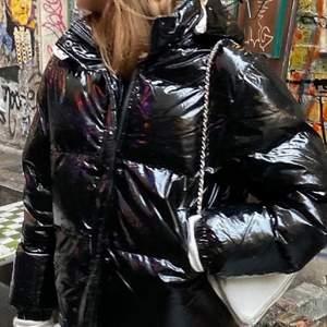 Säljer nu min oversized jacka från Wrangler i ett glansigt material 💗 jackan bara använd en vinter och nypris är 1700⚡️⚡️högsta bud 770 <3 första bilden är lånad😌