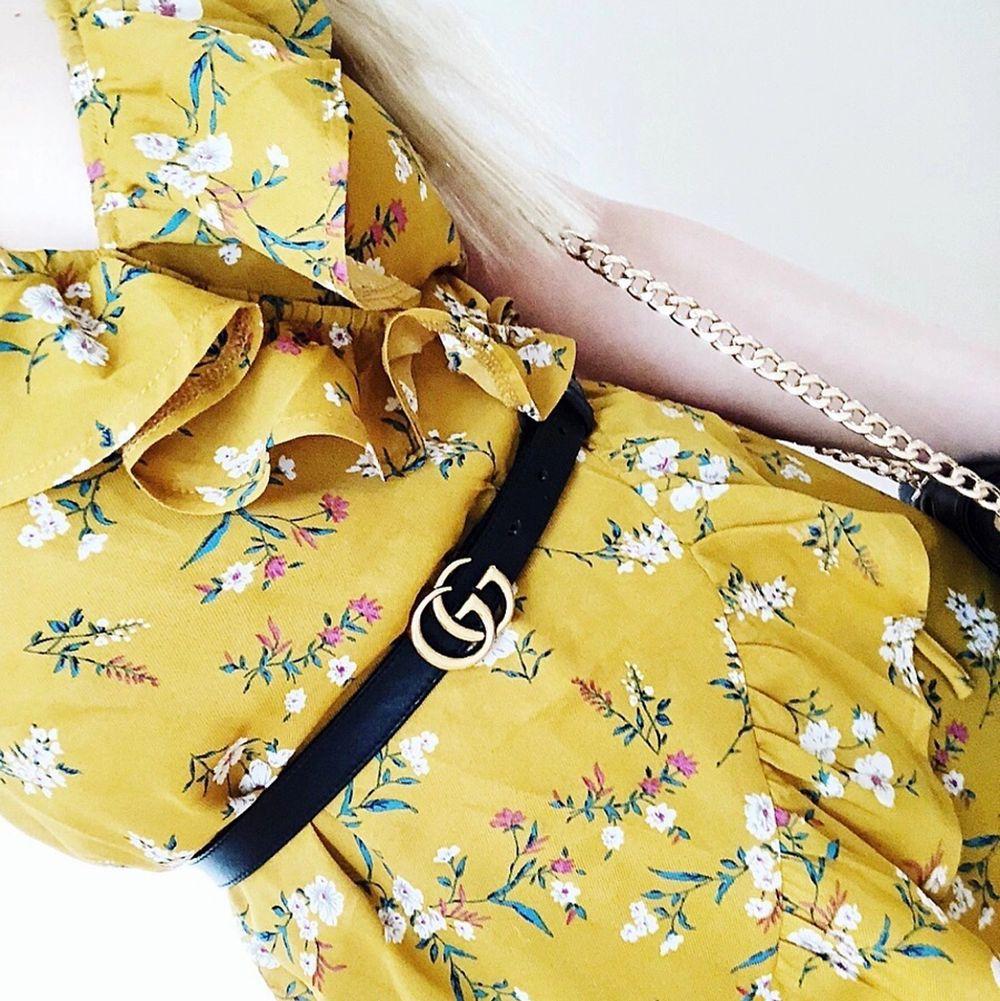 Gul blommig omlottklänning med volanger. Storlek 36, från Missguided.. Klänningar.