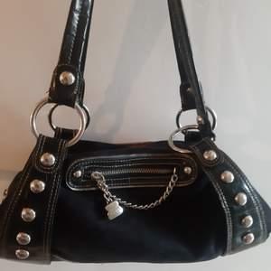INTRESSEKOLL på min vintage väska från Kathy van zeeland i mockamaterial. Jättefint skick och perfekt storlek med supersnygga silver detaljer🤩🤩 Det är bara att buda!❤🤩 kan mötas upp runt Stockholm