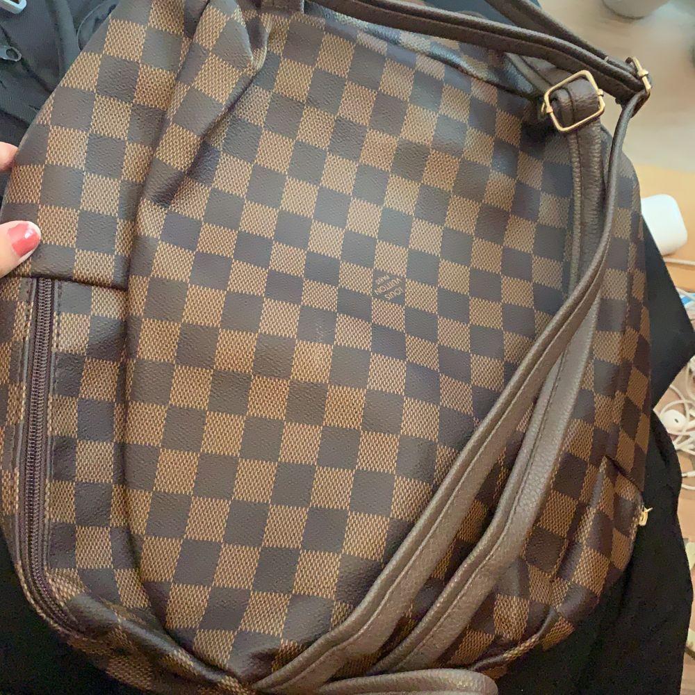 Snygg väska som det kommer inte till anvädning. Ingen hål nånstans, det är i fin skick . Köpare står för frakt.💕. Väskor.