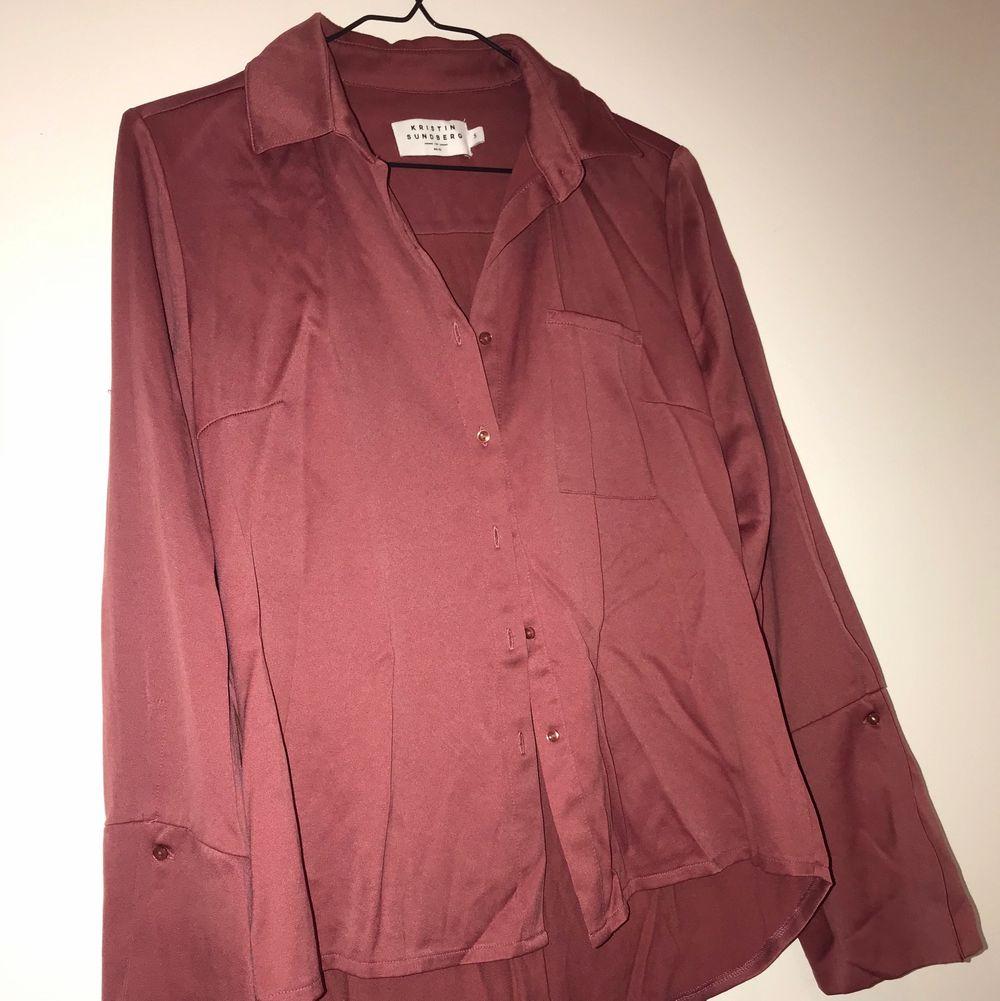 Skjorta i jättefin gammelrosa färg, från Katrin Sundberg. Vida ärmar. Blusar.