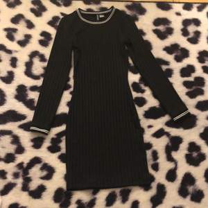 Jättefin svart tight klänning, endast använd på en julavslutning för några år sedan. Köparen står för frakten