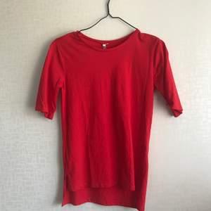 Röd tshirt som är längre i ärmarna, längre baktill och har en slits där nere!