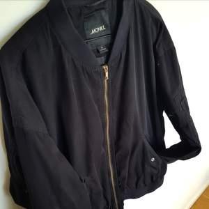 Svart bomberjacka från Monki i strl XL(Men åt det mindre hållet). Köpt 2015 för 500 kr och säljer den nu för 200 kr. Kan mötas upp i Stockholm eller skicka men köparen betalar frakt!🌻