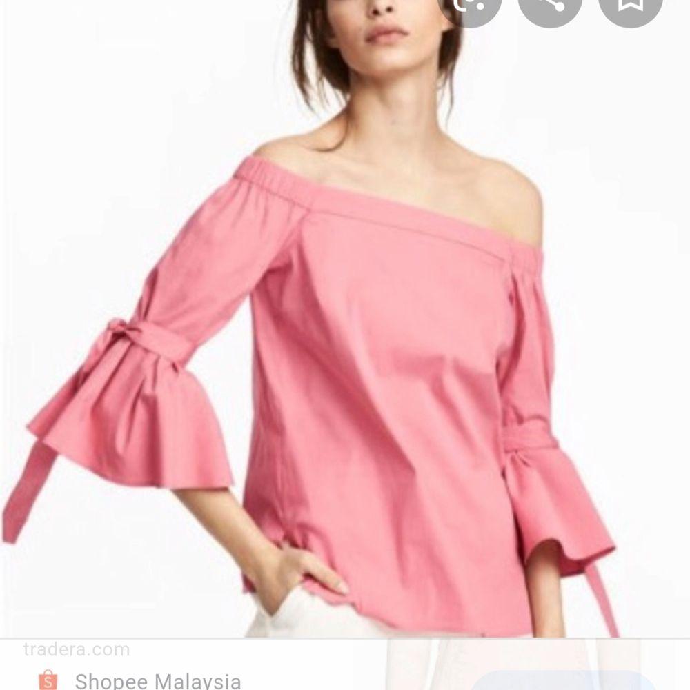 En rosa off shoulder med korta flare arms och knytsnören runt armen. Första bilden är från H&Ms sida och visar hur den sitter på. Använd typ två gånger så den är i fint skick, lite skrynklig men det fixar ett strykjärn. Möts upp i Lund eller fraktar. Toppar.