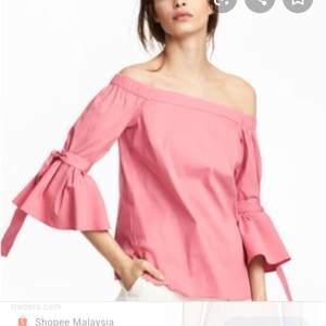 En rosa off shoulder med korta flare arms och knytsnören runt armen. Första bilden är från H&Ms sida och visar hur den sitter på. Använd typ två gånger så den är i fint skick, lite skrynklig men det fixar ett strykjärn. Möts upp i Lund eller fraktar