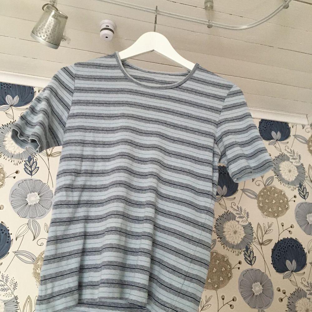 Köpt secondhand, men i gott skick💙 fraktar mot fraktkostnad!. T-shirts.